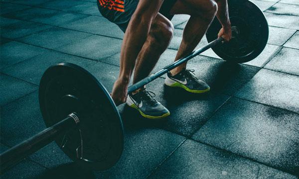 Exercício de força nas costas
